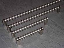 Uchwyt relingowy wykonany ze stali szlachetnej. Zastosowanie uniwersalne  Rozstaw - 613 mm