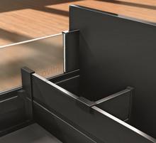 Listwa poprzeczna aluminiowa Z40L do szuflad Tandembox z wysokim frontem firmy Blum.  Kolor brunatno-czarna Długość 107,7cm Do samodzielnego...