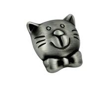 Uchwyt do mebli dziecięcych renomowanej firmy Siro. Przestawiający głowę kotka. Wykonany z metalu. Kolor - efekt starej cyny szczotkowanej. Sprawdza się...