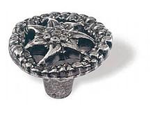 Gałka z kolekcji Edelweiss firmy Siro. Elegancka, z motywem kwiatka Zaprojektowana przez Simone Gutsche-Sikora Wykonana z metalu. Kolor pokrycia - stare...