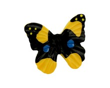 Gałka Z kolekcji Butterfly - motyw kolorowego motylka. Wykonana z tworzywa sztucznego. Zaprojektowana przez Simone Gutsche-Sikora.