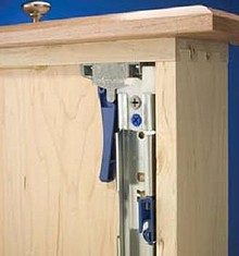 Mocowanie od spodu, z samodomykiem i tłumikiem ( ciche zamykanie ) Udźwig do 45 kg 100% wysuw Mechanizm rozłączania ( szuflady od prowadnicy ) Pozioma i...