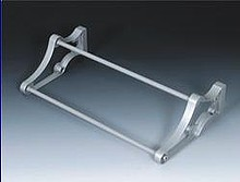 Stojak na obuwie 24 80-1100 metal/tworzywo kolor srebrny Wyrób może uzupełniać wyposażenie szafy garderobianej. Stojak ten umożliwia przechowywanie...