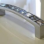 Włoski uchwyt firmy GIUSTI Linea Glamour -550 z kryształkami Swarovskiego. W kolorze chrom. Rozstaw 96mm. Długość całkowita 107mm.