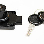 Zamek kwadratowy X-850 Czarny Zastosowanie: szuflady, szafki, szafy Wykonanie: czarny Skład jednego kompletu: 1 zamek, 1 rozetka, 2 klucze z numerem kodu...