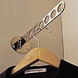 Uchwyt na wieszaki SE0102 firmy Valcomp idealnie nadający się do szaf w celu zlokalizowania wieszaków z ubraniami w jednym miejscu. Wieszak posiada Osiem...