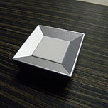 Gałka z kolekcji Druckguss renomowanej firmy Siro. Wykonana z metalu oraz tworzywa. Kolor pokrycia - aluminium proszkowane oraz białe tworzywo sztuczne. ...