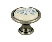Gałka renomowanej firmy SIRO z kolekcji Romana. Wykonana z metalu w kolorze stare srebro oraz niebieski motyw kwiatowy.