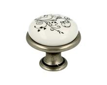 Stylizowana gałka metalowa z wierzchołkiem porcelanowym, doskonała do kuchni lub łazienki.  Pokrycie galwaniczne - nikiel patynowany Kolor...