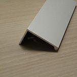 Uchwyt nowoczesny, uniwersalny w zastosowaniu, kolor - aluminium naturalne  Długość uchwytu 3,5m.  Uchwyt występuje również w rozstawie 80mm, 96mm,...