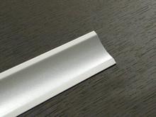 Listwa przyblatowa wykonana z tworzywa sztucznego. Listwa jest całkowicie pokryta kolorem aluminium.  Całkowita długość - 3000mm. Kolor - Aluminium...