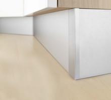 Listwa Cokołowa 10cm aluminium szczotkowane długości 4 m.  Cokoły kuchenne firmy REHAU stanowią funkcjonalny i jednocześnie dekoracyjny element...