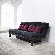 Klasyczna sofa drewniana. Wygodne dwuosobowe spanie o rozmiarze 130x200 cm. Mebel do sypialni lub pokoju dziennego. Ciekawy kształt nóżek wprowadzi...