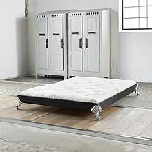 Interesujące łóżko łączące nowoczesność z elementami klasycznej stylistyki. Materiał: drewno sosnowe, nogi żeliwne Ze stelażem drewnianym...