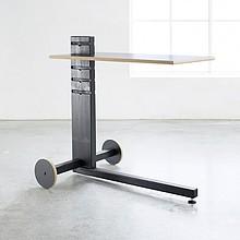 Bardzo oryginalny i unikalny w formie stolik drewniany na kółkach. Blat wykonany z czarnej płyty o elegancko zaokrąglonych krawędziach. Posiada 5...