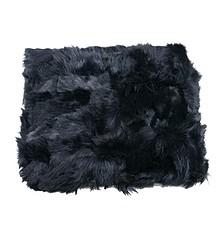 Pled ręcznie szyty z kawałków skóry z naturalnym włosiem.  Kolor czarny.  Wymiary: 200 cm x 220