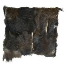 Oryginalna poduszka wykonana z miękkiej koziej skóry, pochodzącej z recyclingu. Miła w dotyku. Odcienie czerni i brązu.  Poduszka produkowana w Polsce....