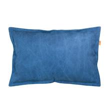 Ciekawa poduszka o prostokątnym kształcie. Wykonana z bawełnianego materiału w kolorze granatowym. Zdejmowalna poszewka z zamkiem. Produkt ręcznie...