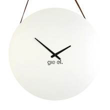 Oryginalny, okrągły zegar wiszący. Wykonany ze stali, lakierowany na kolor biały. Proste, czarne wskazówki. Wycięte logo Gie El.  Zawiesie...