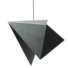Niezwykła stalowa lampa o unikatowej, geometrycznej formie. Oryginalny, surowy kolor stali, ukazany wraz z jej autentycznymi przetarciami. Lakierowana...