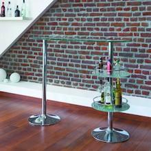 Designerski stolik barowy WHISKY jest nowoczesny oraz praktyczny. Kompletny posiada okrągłe tace na butelki oraz bardzo duży główny, szklany blat....