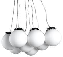 Nowoczesna i elegancka lampa wisząca HUBBLE została wykonana z 8 zawieszonych kul z barwionego szkła. Podtrzymywana jest przez cienkie, przezroczyste...
