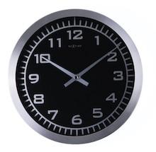 """Zegar 2954 """"Blacky"""", którego projektantem jest NeXtime, posiada mechanizm skokowy zasilany za pomocą baterii typu AA. Zegar wykonany z aluminium w..."""