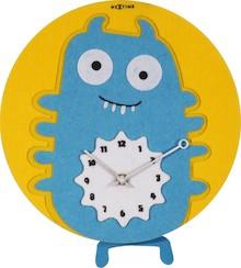 """Zegar 3087 """"Bluepy"""", którego projektantem jest Think Fish, posiada mechanizm z wahadłem zasilany za pomocą baterii typu AA. Zegar wykonany z..."""