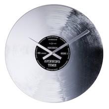 """Zegar 8117 """"Silver Record"""", którego projektantem jest Tycho Merijn, posiada mechanizm skokowy zasilany za pomocą baterii typu AA. Zegar wykonany z..."""