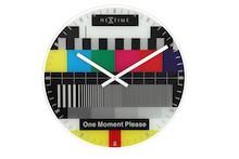 """Zegar 8607 EN """"Testpage"""", którego projektantem jest Frits Vink, posiada mechanizm skokowy zasilany za pomocą baterii typu AA. Zegar wykonany z..."""