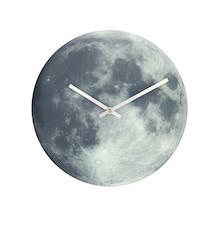 """Zegar 8634 """"Blue Moon"""", którego projektantem jest NeXtime, posiada mechanizm skokowy zasilany za pomocą baterii typu AA. Zegar wykonany z szkła w..."""
