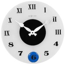 """Zegar 8635 """"Milano Color"""", którego projektantem jest NeXtime, posiada mechanizm z wahadłem zasilany za pomocą baterii typu AA. Zegar wykonany z..."""
