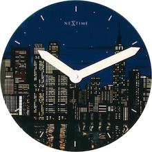 """Zegar 8819 """"New York"""", którego projektantem jest Renske Zwaan, posiada mechanizm skokowy zasilany za pomocą baterii typu AA. Zegar wykonany z..."""