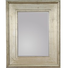 Okazałe lustro w prostej, szerokiej ramie. Rama lustra wykonana jest z drewna. Pokryta jest srebrnym, przecieranym i postarzanym szlagmetalem. Szlagmetal to...