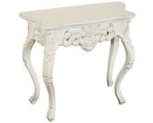 Drewniana komódka pokryta białym lakierem przecieranym, posiada stylizowane nóżki, zachwyca bogatymi zdobieniami. Zdobienia wykonane są z tworzywa...