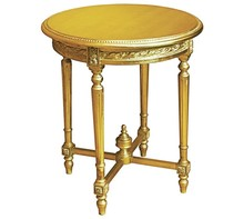 Stylowy okrągły rzeźbiony stolik w kolorze złotym, wykonany z wysokiej jakości drewna, pokryty złotym (szlagmetalem)  Szlagmetal to cieniutkie listki...
