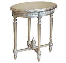 Stylowy owalny rzeźbiony stolik w kolorze srebrnym, wykonany z wysokiej jakości drewna, pokryty srebrnym (szlagmetalem).  Szlagmetal to cieniutkie listki...