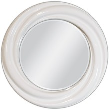 Niewielkie lecz niebanalne lustro w ciekawej, białej ramie. Rama lustra wykonana jest z masy PU i pokryta białym lakierem. Tafla lustra jest kryształowa...