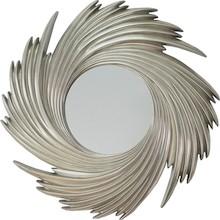 Rama lustra wykonana jest z masy PU. Pokryta jest srebrnym szlagmetalem. Tafla lustra jest kryształowa.  Wymiary:  Wymiar lustra razem z ramą (cm) 95x95...