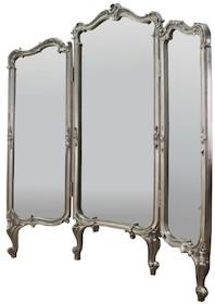 Rama wykonana jest z masy PU. Pokryta jest srebrnym szlagmetalem. Tafla lustra jest kryształowa.  Wymiary:  Wymiar środkowego elementu (cm) 70x175...
