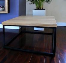 STOLIK KAWOWY ARDEN Prosta forma stolika łączy w sobie minimalistyczny styl skandynawski z surowością industrialnych wnętrz. Blat drewniany z widocznymi...