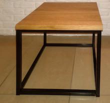 STOLIK KAWOWY KUBIK Prosta forma stolika łączy w sobie minimalistyczny styl skandynawski z surowością industrialnych wnętrz. Blat drewniany z widocznymi...