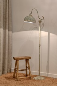 Stojąca lampa Lamali dostępna jest w dwóch wariantach, spośród których każdy znajdzie coś dla siebie.  Jedna wersja będzie znakomita dla osób...
