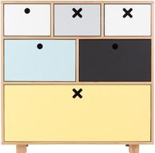 Pięknych i funkcjonalnych mebli nigdy dość. W kolekcji KÓŁKO KRZYŻYK udowadniamy, że oferowane komody idealnie wpasują się w różnych aranżacjach:...