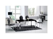 Nowoczesny Stół Italian Design 728 Blat stołu wykonany jest ze szkła o grubości 12mm w kolorze czarnym, Nogi oraz rama stołu - stal nierdzewna...
