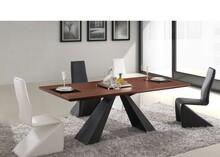 Kenzo to bardzo ciekawy stół łączący ponadczasowy styl z nowoczesną formą. Nie da się obok tak wyjątkowego mebla przejść obojętnie.  Podstawa...