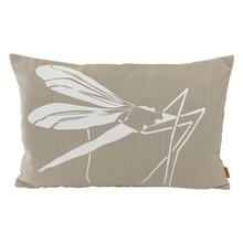 Oryginalna, duża poduszka z białą grafiką komara. Wykonana z tkaniny lnianej, w kolorze beżowym. Zdejmowana poszewka z zamkiem.