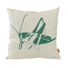 Oryginalna, duża poduszka z zieloną grafiką konika polnego. Wykonana z tkaniny lnianej, w kolorze ecru. Zdejmowana poszewka z zamkiem.