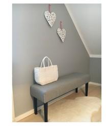 Oryginalna ławka w modnym wzorze pepitki, inspirowana wzornictwem lat 50- 60. Nogi bukowe w kolorze czarny mat.  Wysokość:40 cm...