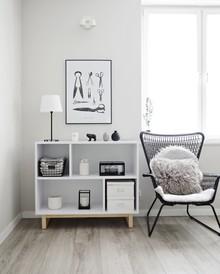 Biały regał na drewnianych nogach w minimalistycznym stylu. Prosty, a jednocześnie przyciągający wzrok regał inspirowany stylem skandynawskim....